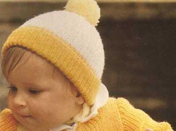 Caldo berretto in lana bianca, gialla e arancione con simpatico pompon e paraorecchie. Leggi lo schema e realizzalo ai ferri. Punti necessari: maglia rasata e punto coste 1/1.