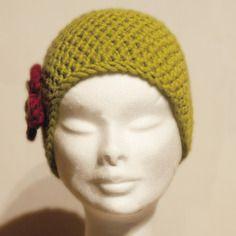 Bonnet en laine vert pomme avec fleur rouge grenat et vieux rose