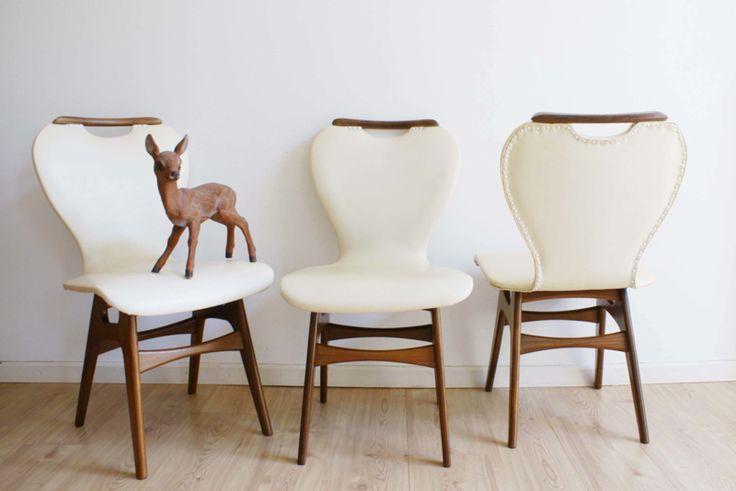 Set van 3 vintage stoelen uit de jaren 50/60. Houten retro stoel met crème skai-leer,