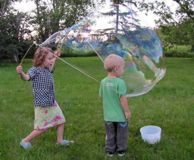 2 baguettes, de la ficelle + quelque chose pour lester + un seau rempli d'eau + liquide vaisselle = bulles géantes !