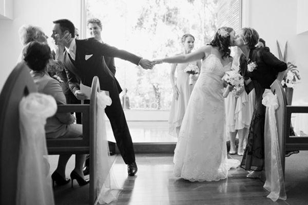 Una foto familiar perfectamente simétrica. | 42 ideas para fotos de boda increíblemente divertidas que vas a querer copiar: