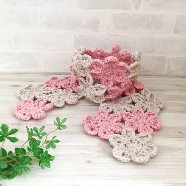 ウール100%の毛糸で編みました、お花モチーフの可愛いマフラーです。柔らかく仕上がってます。裏、表とデザインが違いますので、お好きな方を選べて使用できる2weyタイプです。気に入って頂ける方がいらっしゃったら幸いです。●カラー:ピンク×ベージュ●サイズ:全長135㎝、幅15㎝●素材:ウール100%●注意事項:1個ずつ、丁寧に編ませていただいていますが、毛糸のため毛玉がつくことがございます。また、使用後も毛玉が出ることがございますので、ご了承ください。洗濯時、塩素系洗剤はご使用いただけません。手洗いで中性洗剤の使用をお勧めします。アイロン使用時は低温での使用をお願い致します。●作家名:amiami♡358#ウール100% #毛糸 #手編み #手芸 #かぎ針編み #お花モチーフ #可愛い #マフラー #柔らかい #立体的 #ストール #冬春 #ファッションアイテム #透かし模様 #軽くて使いやすい #ナチュラル #大人かわいい #可愛い #おしゃれ #ぷっくりとしたお花 #つなぎ #マフラーハンドメイド #ハンドメイド…