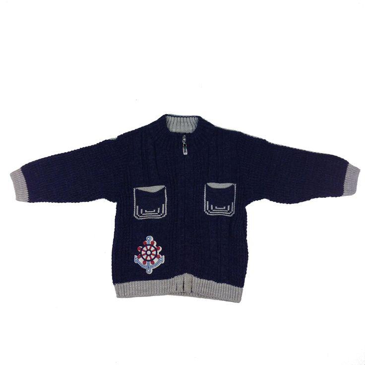Jerseu cu maneca lunga, mansete in partea de jos si la maneci, in partea din fata are doua buzunare asezate paralel, un imprimeu si fermoarul cu care se incheie. Jerseul este ideal de purtat peste tricouri, bluze sau camasi.