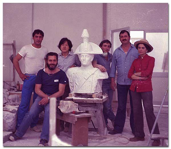 Nel 1982 ottiene il ruolo di docente di Tecnica del Marmo e delle Pietre presso l'Accademia di Belle Arti di Carrara
