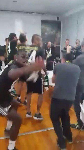 Durante la Festa Scudetto della Juventus, Pogba scivola negli spogliatoti e cade per terra. Il video divertente diventa virale su Facebook e Twitter.