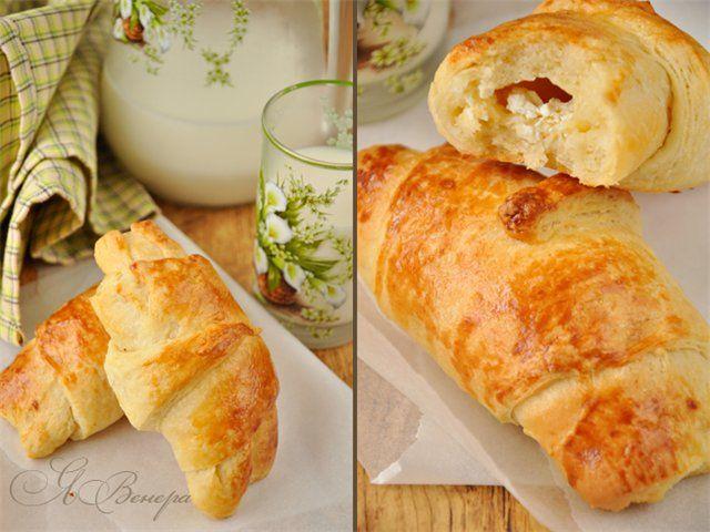 Очень вкусные, нежные, слоёные булочки с начинкой из брынзы(или сыра)! Готовятся легко и быстро, если учитывать, что тесто замешивала в хлебопечке)) Что нужно: 1 ст.…