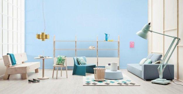 Colori freddi e mobili essenziali - Arredare un soggiorno con mobili dalle forme semplici nelle nuances pastello.