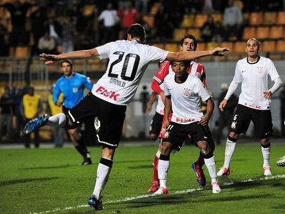 Com 2 gols, meia Danilo tira o Timão da zona de rebaixamento