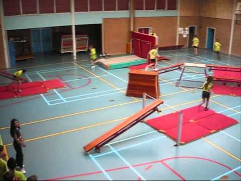 freerunningparcours gymzaal - YouTube