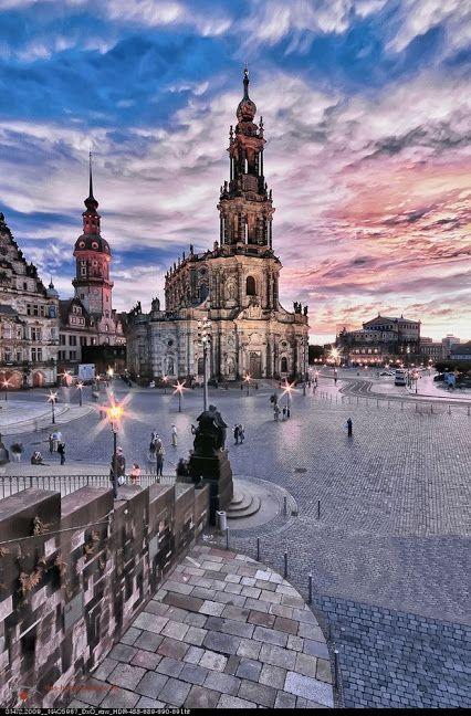 Dresden, la capital de Sajonia, es una ciudad preciosa. Sus monumentos más importantes se hallan bastante concentrados en dos áreas de la ciudad separadas por el río Elba: el Altstadt (Casco Antiguo o Ciudad Vieja) y el Neustadt (Ciudad Nueva).   El monumento más conocido de Dresden, ubicado en Neumarkt, es la Frauenkirche (Iglesia de Nuestra Señora), una iglesia luterana de estilo barroco.
