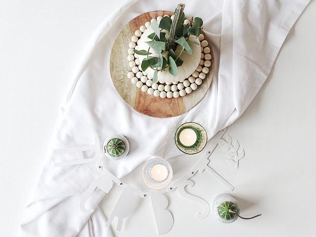 Auf der Mammilade n-Seite des Lebens   Personal Lifestyle Blog   Wohnen mit Pflanzengrün, Holzakzenten und viel Weiß   Wohnzimmer   Herbst Dekoration   Herbstfrüchte   Zierkürbisse   Minikürbis   Filzkugeluntersetzer   Holzteller