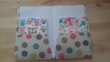 Pochettes faites maison, à partir d'une feuille de papier scrap que j'ai plastifiée, pour accueillir mes mini carnets dans mon traveler's notebook