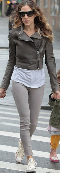Who made Sarah Jessica Parker's light gray skinny jeans and sneakers that she wore in New York?