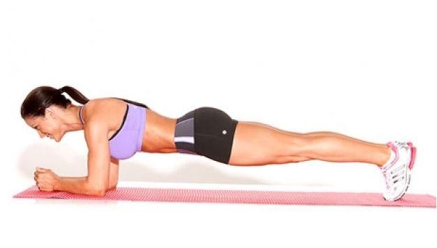 Рекомендуем Вам лучшее упражнение для укрепления мышц и тонуса тела! Планка— это упражнение навсе времена. Она независит ниоткаких модных тенденций. Еесчитают самым
