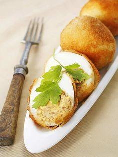 Huevos rellenos empanados.