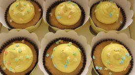 Alquimia | Productos - Cupcakes de vainilla rellenos de manjarblanco (dulce de leche) y decorados con merengue italiano.