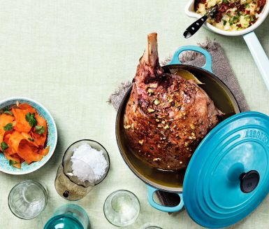 Mästerligt recept på långkokt lammstek i olivolja! Köttet blir utsökt med smaker av vitlök, citron, örter och kanel. Serveras med stomp med soltorkade tomater.