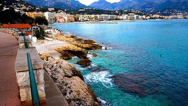 Turkuvaz sahillerde cenneti gördüm Fransız Rivierası ya da Cote d'Azur... İkisi de buraları tanımlıyor. Ama ben Cote d'Azur, yani 'Turkuvaz sahiller' demeyi daha doğru bulurum. Çünkü Akdeniz'in rengi bu sahillerde turkuvaza dönüşüyor.