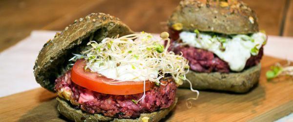 Bietenburger met citroen- knoflooksaus (vega) - Eerlijker Eten