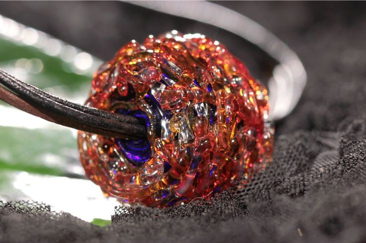 """Кулон """"Сплетение судеб 6"""", диаметр 3 см, выполнен из переплетенных стеклянных струн кобальтового, рубинового и огненного цветов. Кожаный тройной шнур. /Handmade lampwork pendant of cobalt, rubin and red colours"""