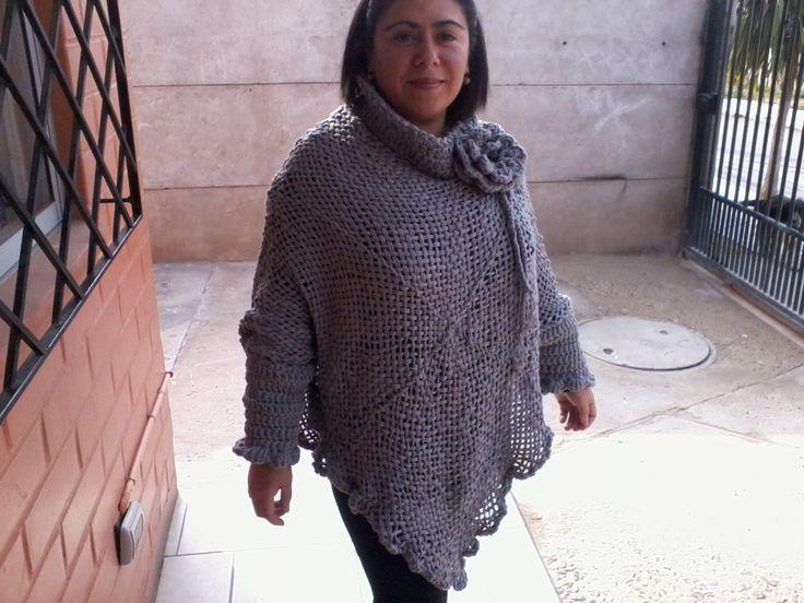poncho mujer tejido en cinta a telar y terminaciones a crochet.