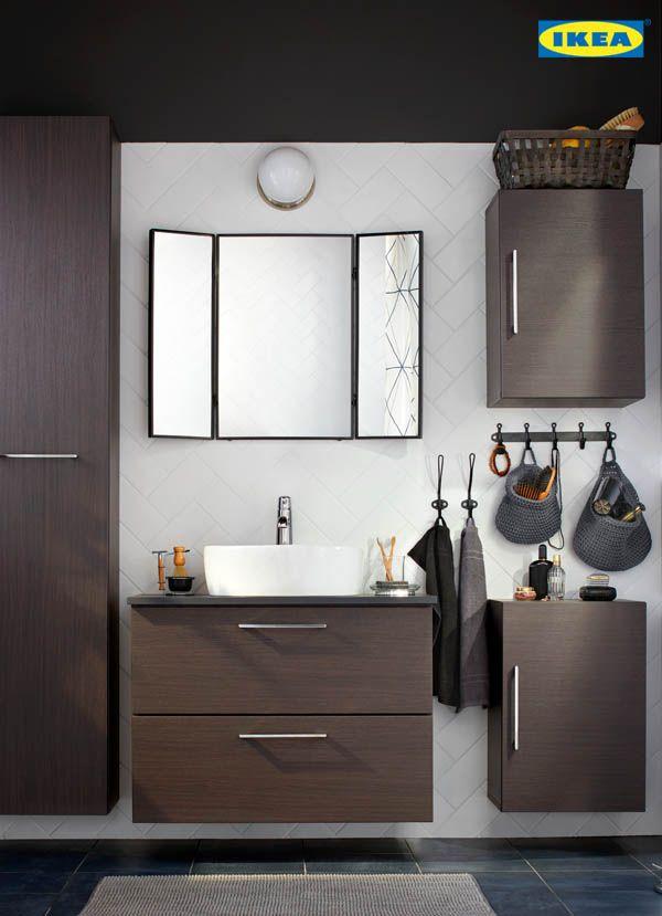 Salle de bain organisée = matin sans stress. Les meubles-lavabos de la collection GODMORGON offrent un chaleureux fini effet noyer et de solides tiroirs en bois fermant en douceur. De quoi démarrer la journée avec quiétude ! Ils résisteront aux éclaboussures et aux douches vaporeuses pendant 10 ans, c'est garanti.