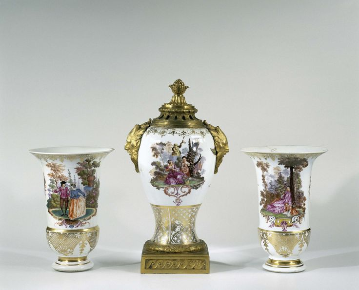 Meissener Porzellan Manufaktur | Three vases, part of a garniture, Meissener Porzellan Manufaktur, Johann Christoph Leibnitz, c. 1735 - c. 1740 | Cilindrische vaas met een ingesnoerde voet en een wijd uitlopende mond, van beschilderd porselein. De vaas is aan een zijde beschilderd met een paar in een landschap met achter hen een vaas op een hoog voetstuk. Op de andere zijde is een paar in een landschap geschilderd met achter hen een fontein met een mannenbuste. De vaas is gemerkt. De vaas…