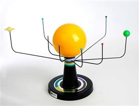 The Solar System Simulator is a three-dimensional model of our sun and the eight planets. The calendar at the base allows the positioning of planets according to the date and shows the relative position between individual planets and the sun. #desktopglobes #floorglobes #worldglobes #education #geography #teaching #vintage #antiqueglobes #moonglobes