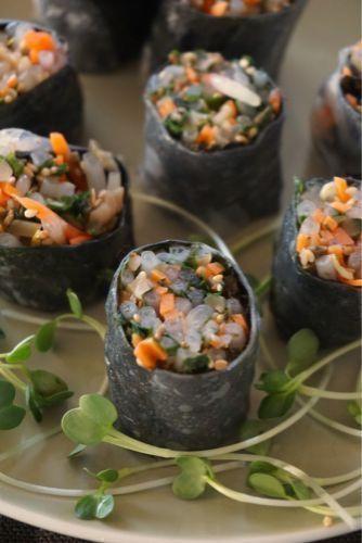 焼き海苔が決め手の生春巻き :野菜だけで作るなら海苔のりと合わせるといいですよ磯の香りが加わってグンとおいしくなりますし、栄養価もアップ海苔は良質なタンパク質を多く含むから野菜との組み合わせは相性よし。ビタミンAは免疫力を高めてくれるから風邪の季節にもぴったり合わせる野菜はアレンジ可能。千切りキャベツや細切りダイコンをあわせてもよし。ザーサイのかわりにしば漬けや浅漬けなど、漬けものを合わせてもおいしい 水にさっとくぐらせて戻したライスペーパーに焼き海苔をしき、具を半分のせて巻く4等分に切り分ける