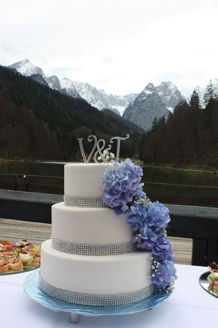 Hochzeitstorte mit blauen Hortensien, Frühlingshochzeit in Pastellfarben Fliederlila und Himmelblau, Riessersee Hotel Garmisch-Partenkirchen, Bayern, heiraten in den Bergen im April, wedding venue Bavaria, mountain spring wedding lilac blue