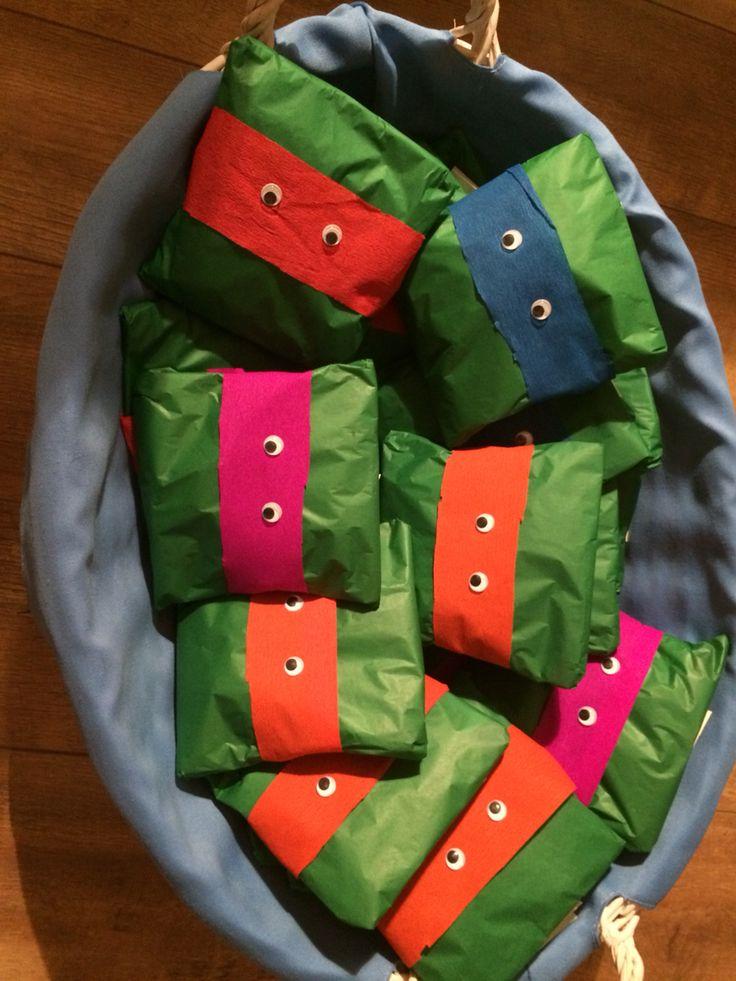 Ninja Turtle traktatie -mini chipszakjes - groenpapier  - crêpepapier voor hoofdband - wiebeloogjes