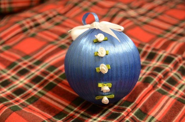 Wstążeczka na wstążeczce, wstążeczkę pogania… Bombka styropianowa obciągnięta cienką, niebieską wstążeczką. Następnie naklejone na nią wstążeczkowe różyczki i wszystko zwieńczone białą, wstąż…