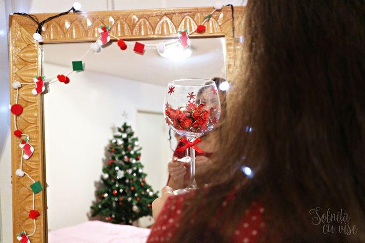 Idei de decorațiuni pentru Crăciun, de la Solnița cu vise. De la DACOart aveți nevoie de: Decorici mici, Pom-Pom Noel, Vesele șosețele, Silipici și sfoară bumbac alb.