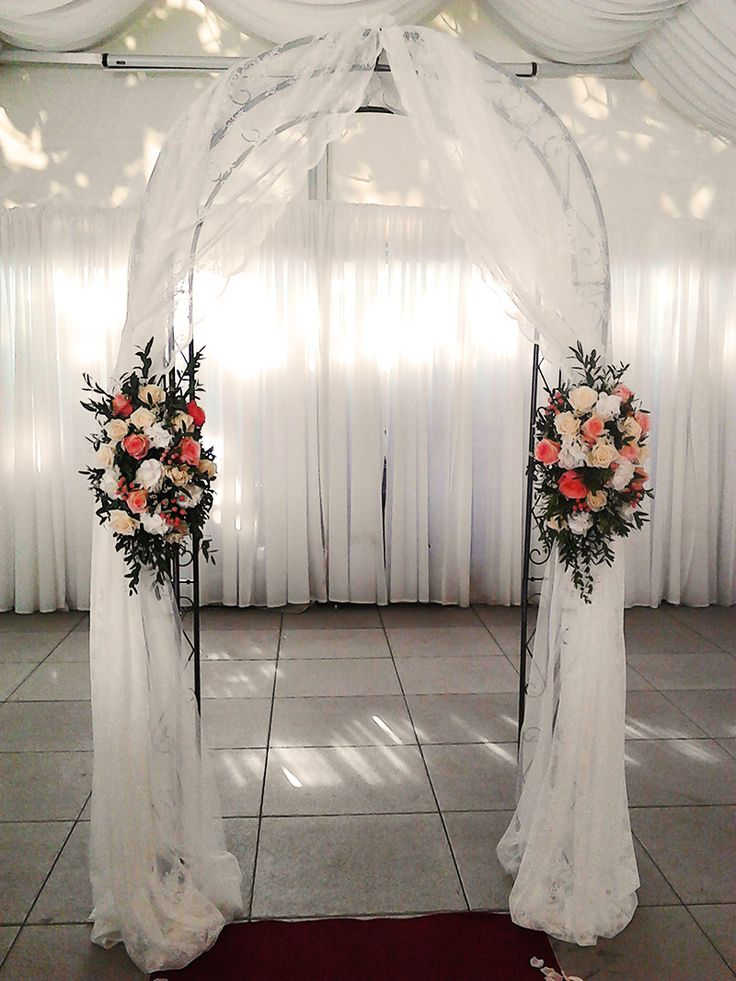 Beautiful and elegant flower arch at the wedding ceremony. Used flowers: Lady Margret roses, Engagement roses, Hydrangea, Statice, Eusoma, Vendela roses, Ruscus and Eucalyptus. Designed by Floristika Klára Uhlířová Brno.