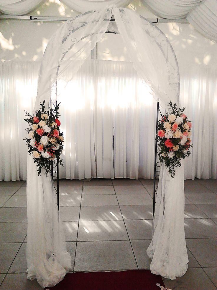 Beautiful and elegant flower arch at the wedding ceremony. Used flowers: Lady Margret roses, Engagement roses, Hydrangea, Statice, Eusoma, Vendela roses, Ruscus and Eucalyptus. Designed by Floristika Klára Uhlířová Brno.