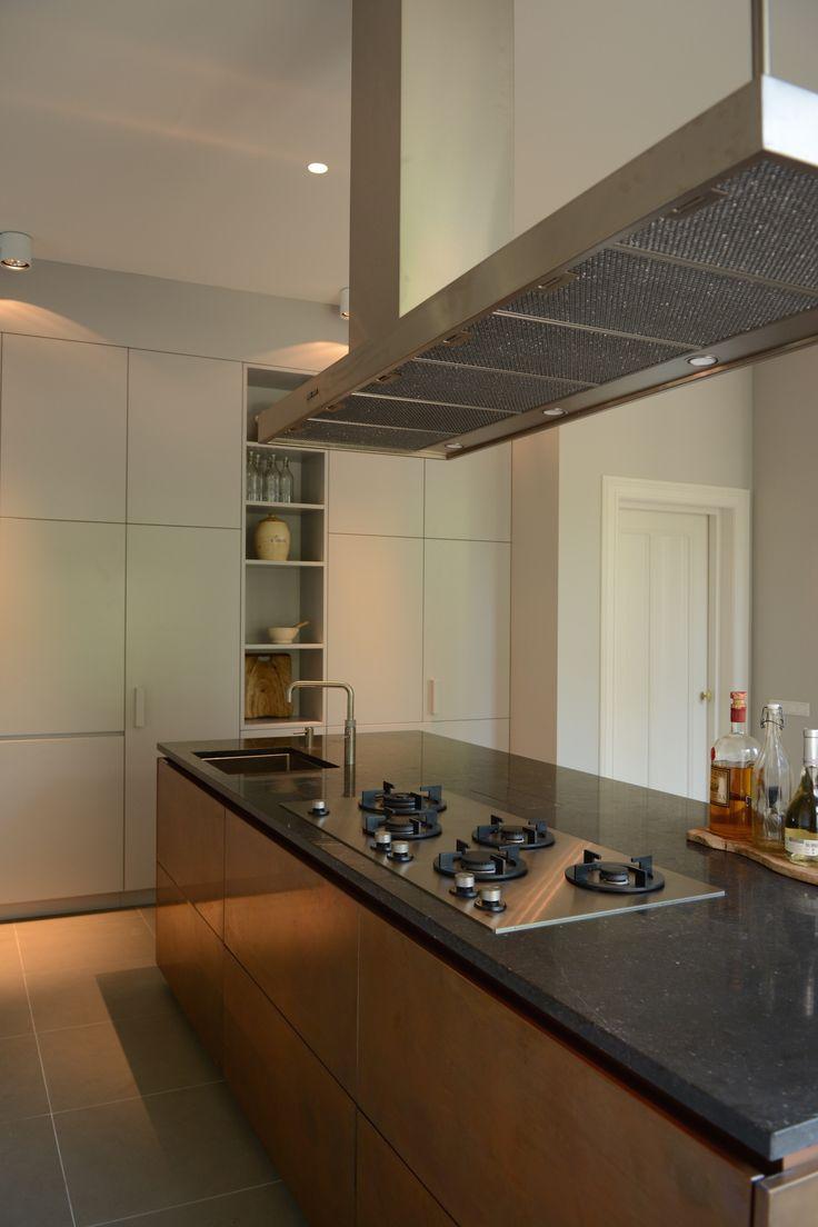 Ontwerp Bendien/Wierenga architecten Kookeiland: Belgisch hardsteenwerkblad |Rood koperen fronten Kastwand: MDF watervast | F&B ...