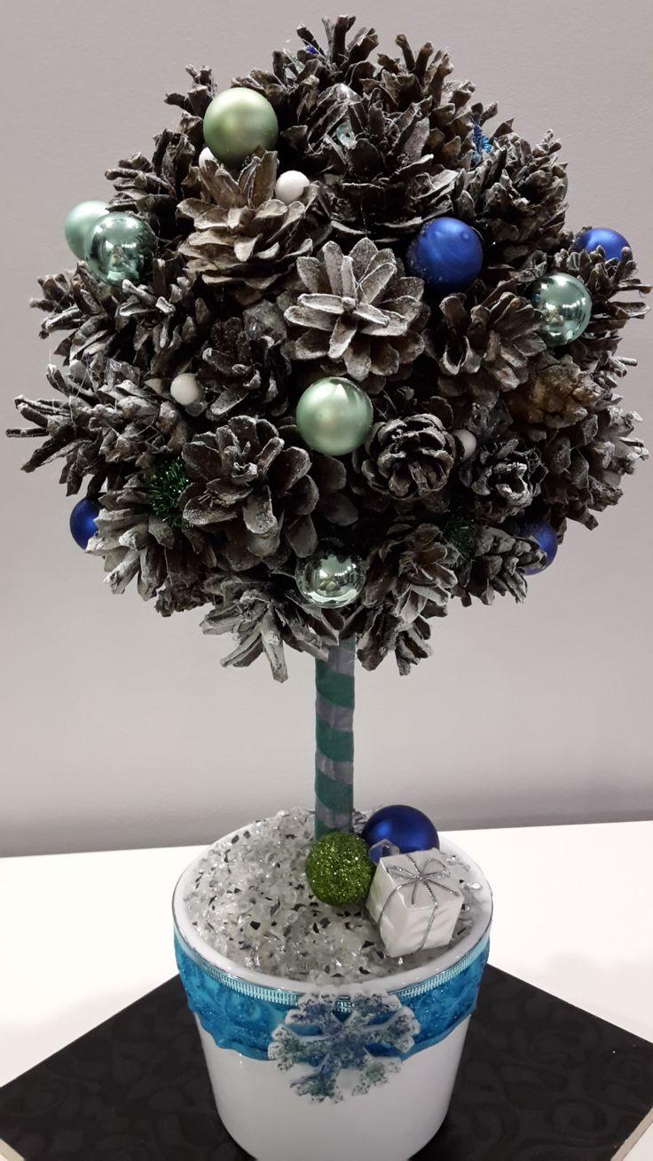 zielono-niebieskie drzewko z szyszek
