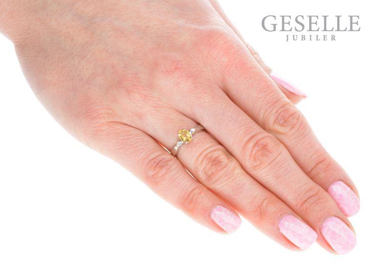 Niebanalny pierścionek na zaręczyny z owalnym cytrynem i brylantami o łącznej masie 0,03 ct - GRAWER W PREZENCIE