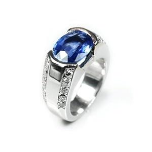 El anillo con zafiro y diamantes SIAM es una joya perfecta como anillo de compromiso original y diferente. El Zafiro aporta un toque de color y elegancia al anillo, además de combinar los diamantes con una piedra preciosa de color convirtiendo la joya en un diseño ideal como anillo de pedida así como un anillo para llevar a diario y en ocasiones especiales. Puedes adquirirlo en www.joyeriaydiamantes.com