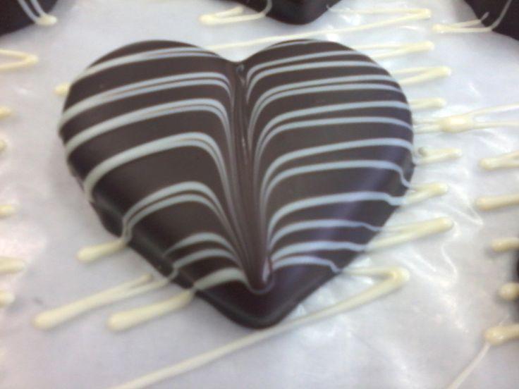 Grande Cuore di cioccolato fondente decorato con fili di cioccolato bianco di Torta Pistocchi Firenze.