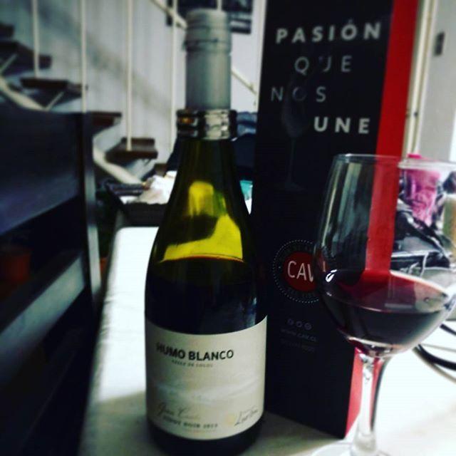 Un buen vino por los tres años junto a @gabipezoa #Wine #lacav @la.cav #HumoBlanco #PinotNoir #Chile #SCL  #françoiselurton #BuenVivir