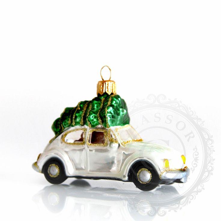 Autíčko se stromkem bílé  skleněná ozdoba, vzor autíčko se stromkem bílé, výška 6,5 cm, délka 10,5 cm, barva bílá, deokor zelená a černá barva, zlatý posyp