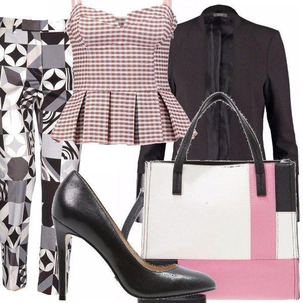 Pantalone dritto con stampa geometrica, top peplo in tessuto a mini quadretti rosa, blazer con dettagli in similpelle, scarpe con tacco alto e borsa a mano a blocchi di colore