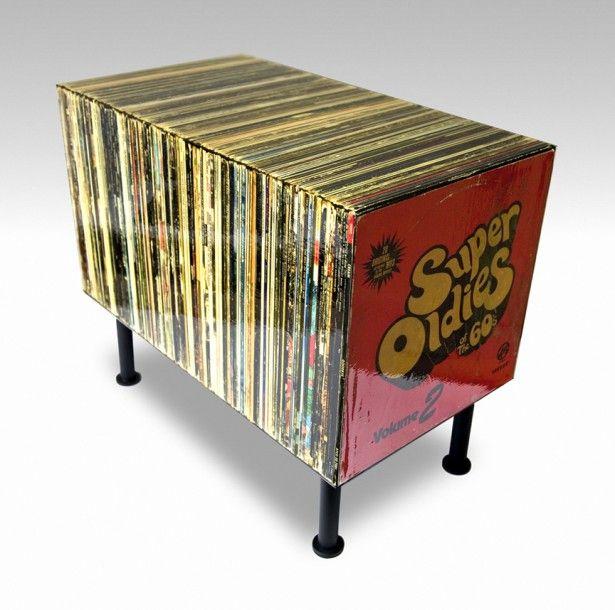 Un tavolino molto speciale, che rappresenta una collezione di dischi in vinile vintage.
