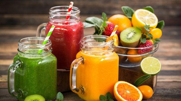 Zpestřit si pitný režim občas není vůbec od věci. Vždyť koho by bavilo pít neustále jen obyčejnou vodu? A když si k tomu připočteme nějaké ty vitamíny, minerály a vlákninu, vypadá popíjení různých džusů, freshů a smoothie jako skvělý nápad.