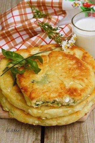 Сырные лепешки с разными начинками  Ингредиенты  1 ст. кефира или йогурта 1 ст. тертого твердого сыра (можно смесь сыров) 2 ст. муки 0,5 ч. ложки соли 0,5 ч. ложки сахара 0,5 ч. ложки соды  для начинки  пучок зелени на свой вкус копченая грудинка или ветчина или колбаса горсть тертого сыра оливковое или растительное масло для жарки  Как приготовить  1. Кефир смешать с солью, содой и сахаром.  2. Добавить сыр, затем муку и замесить мягкое. чуть липнущее к рукам тесто.  3. Для начинки зелень и…