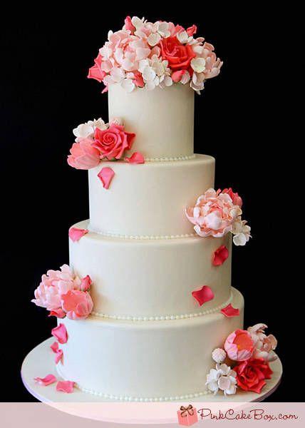Torta bianca con fiori rossi e rosa