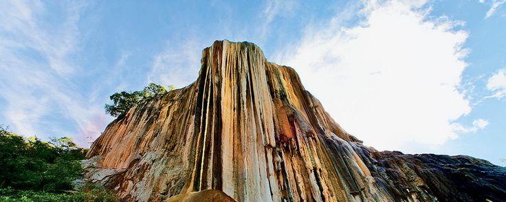 A unos cuantos kilómetros de la capital oaxaqueña se sitúa este balneario natural, que ofrece una vista inigualable del valle. ¡Visita sus cascadas petrificadas y báñate en sus templadas aguas!