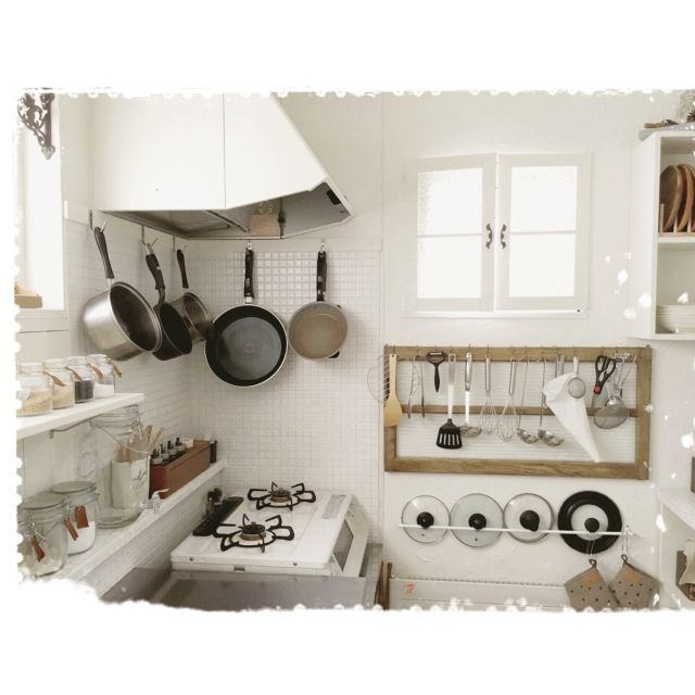 mocoさんの、ホワイトコンロ,古い窓枠をキッチンツールに。。,タオルバーを蓋掛けに。。,レンジフードを白にペイント,タイルDIY,キッチン,のお部屋写真
