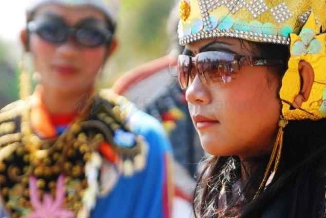 Banyak yang tidak tau kalau Pangandaran juga memiliki tarian kuda lumping, lokasi yang bertetanggaan dengan Jawa Tengah membuat setengah warga Pangandaran berbahasa jawa, dan salah satu pertunjukan yang biasa digelar adalah kuda lumping